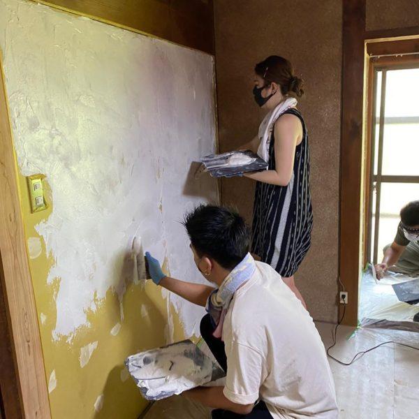 皆んなでわちゃわちゃ漆喰塗り