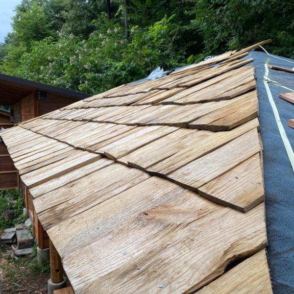 今日は森で小屋作り